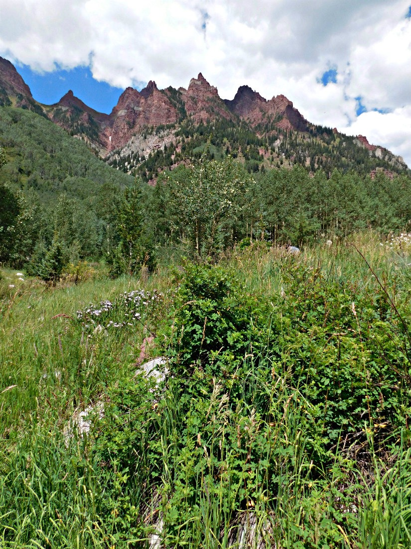 The red peaks of the Maroon Bells on the West Maroon trail hike from Aspen to Crested Butte