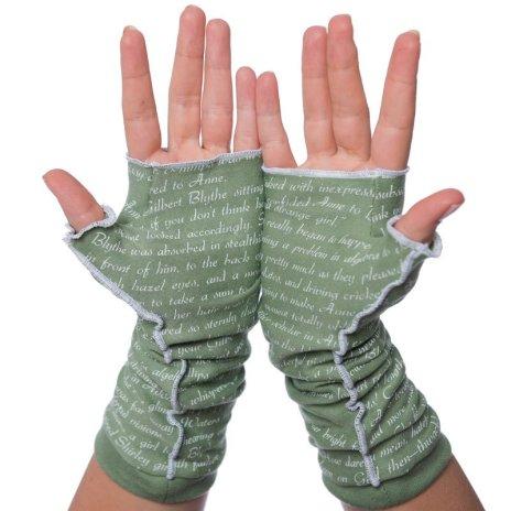 Bir kitaptan metin içeren yeşil parmaksız eldivenler