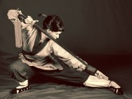 Mulan, geübt im Schwertkampf