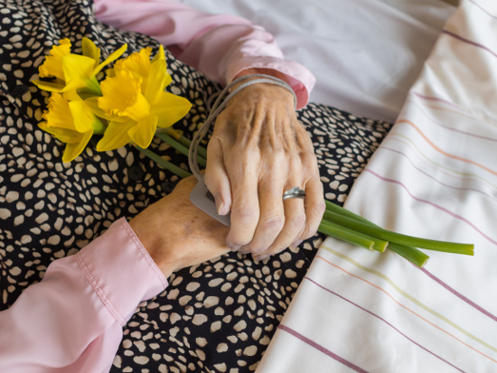 Dead woman with folded hands and flowers © nielskiim | stock.adobe.com