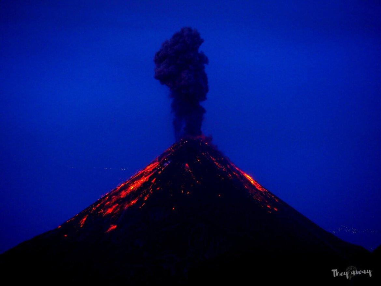 wulkan Acatenango erupcja