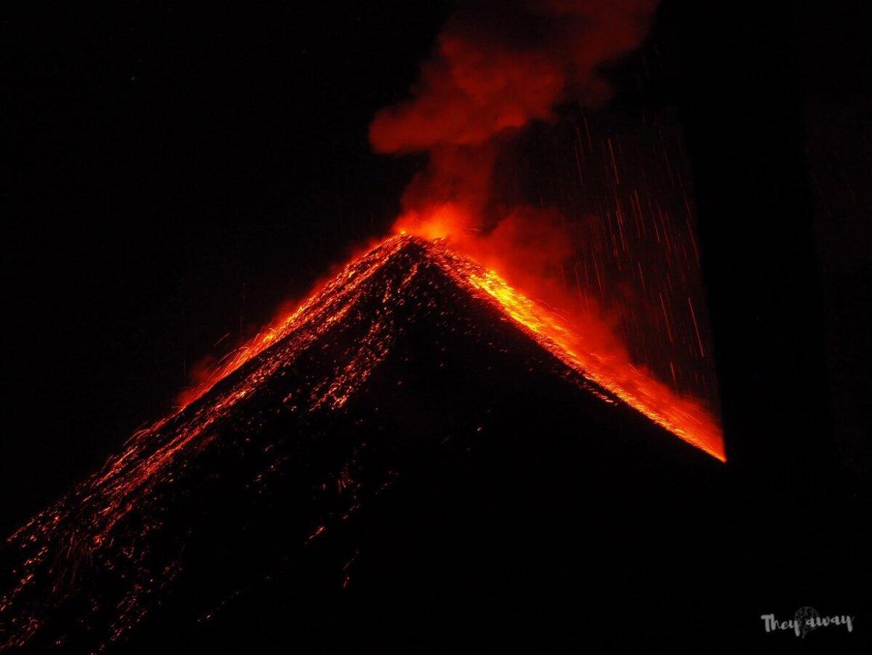 wulkan Acatenango erupcja z lawą