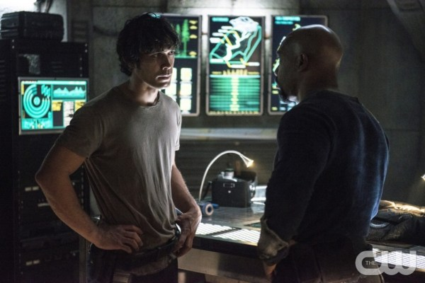 """The 100 -- """"Hakeldama"""" -- Image HU305b_0015 -- Pictured (L-R): Bob Morley as Bellamy and Michael Beach as Pike -- Credit: Cate Cameron/The CW -- © 2016 The CW Network, LLC. All Rights Reserved"""