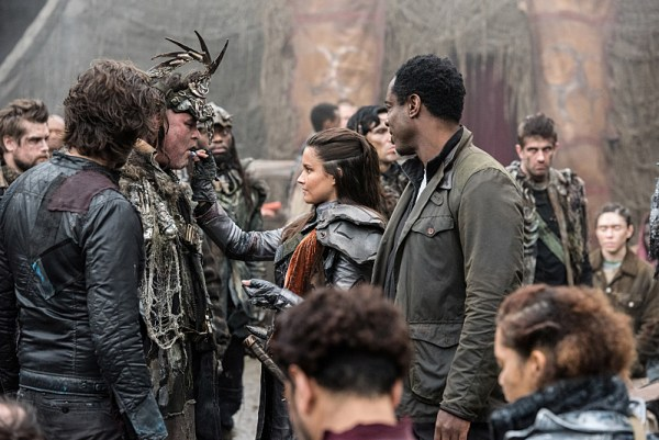 "The 100 -- ""Join Or Die"" -- Image HU313a_0264 -- Pictured (L-R): Henry Ian Cusick as Kane, Rhiannon Fish as Ontari, and Isaiah Washington as Jaha -- Credit: Dean Buscher/The CW -- © 2016 The CW Network, LLC. All Rights Reserved"