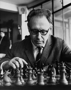 Botvinnik jugando al ajedrez con blancas