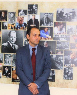 Irisberto frente al gran mural de campeones del mundo que hay en el Club de Ajedrez de Chamartín