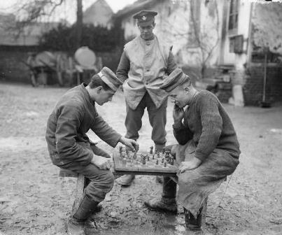Prisioneros alemanes jugando al ajedrez