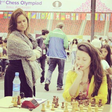 Damaris con judit polgar jugando al ajedrez