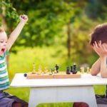 niño contento por ganar al ajedrez