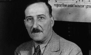 Stephan Zweig frente a un texto en alemán