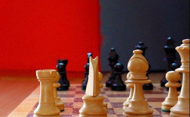 piezas de ajedrez blancas y negras colocadas en tablero