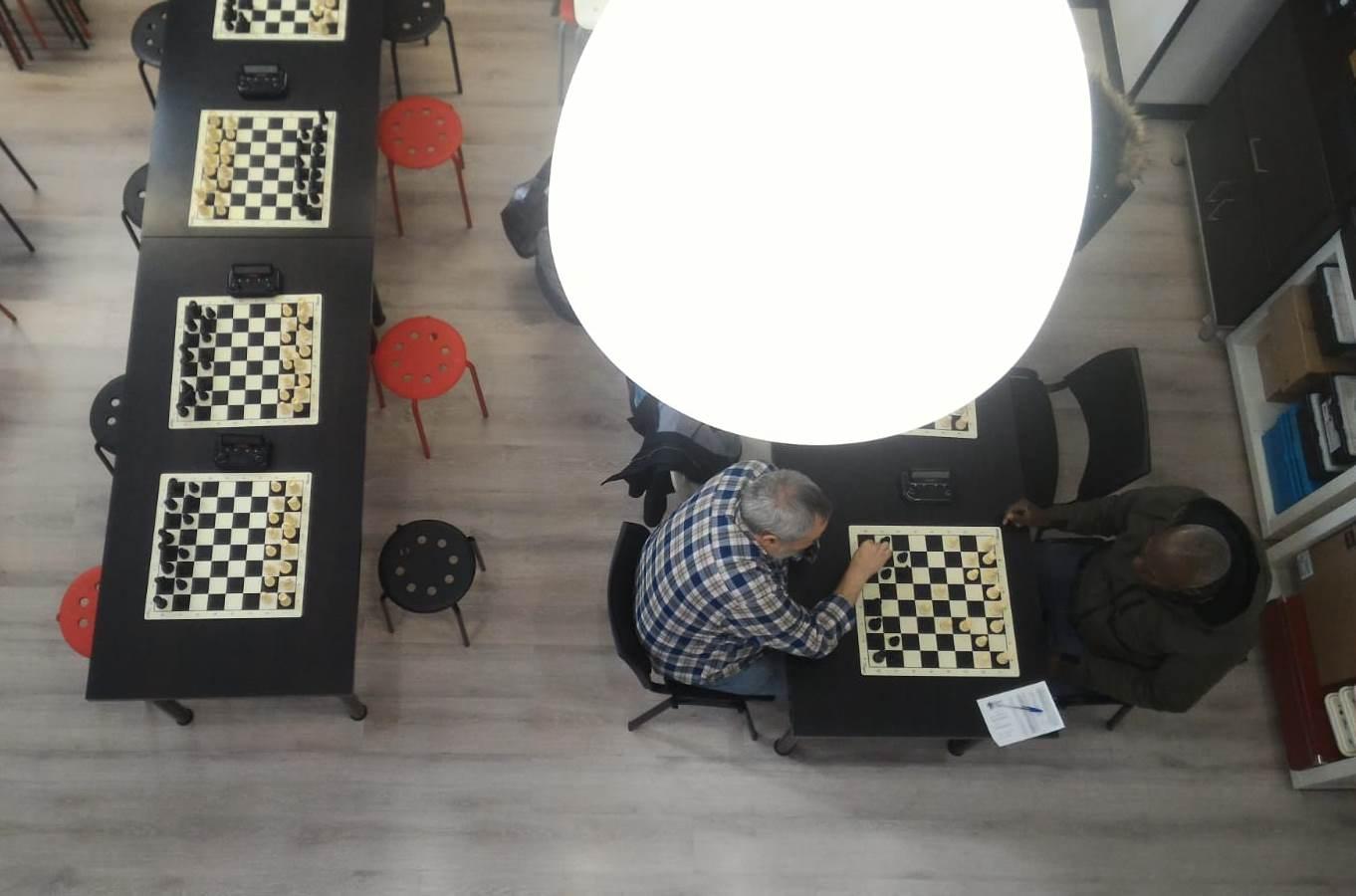 jugadores de ajedrez analizando sus partidas