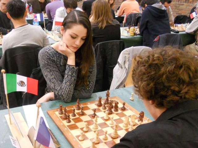 Chica jugando al ajedrez