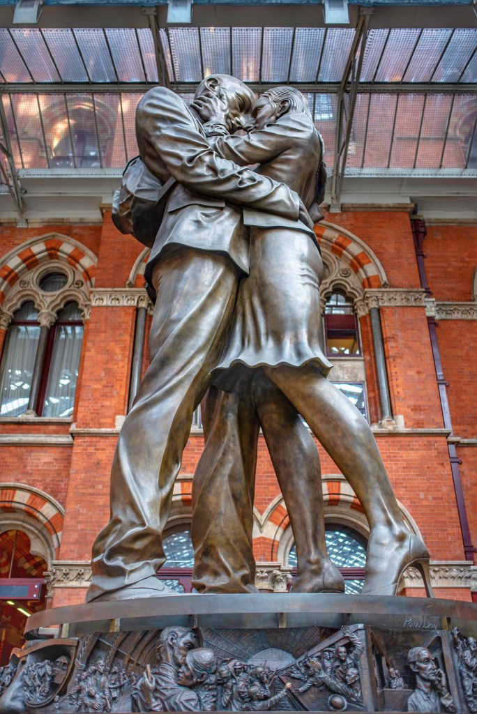 London Statue French Kiss