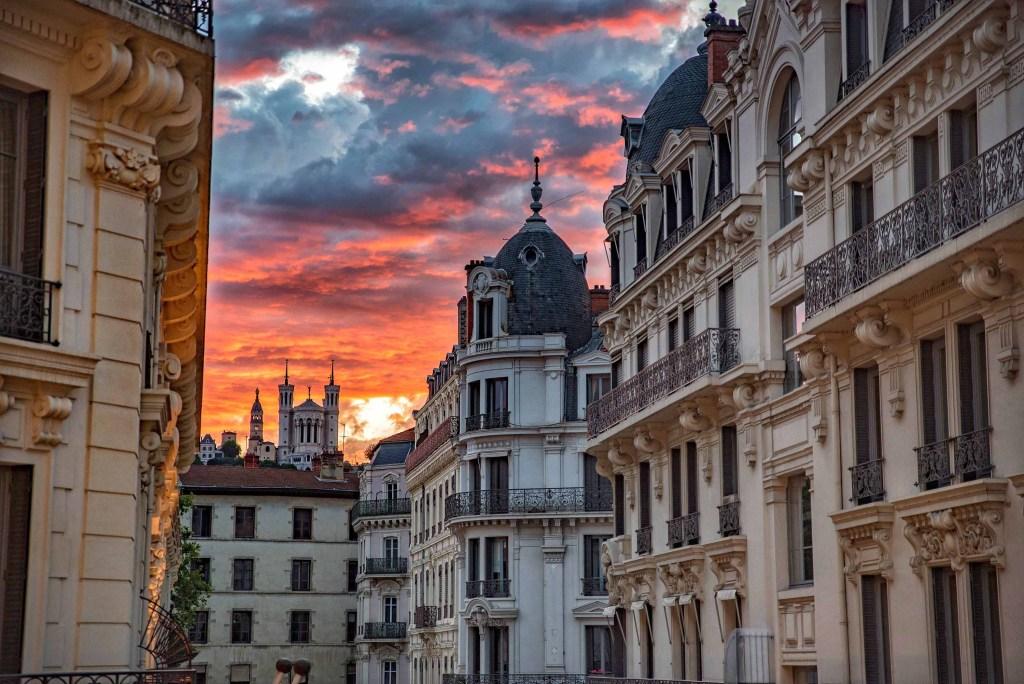 Sunset avec vue sur la Basilique de Fourvière depuis le balcon de la chambre