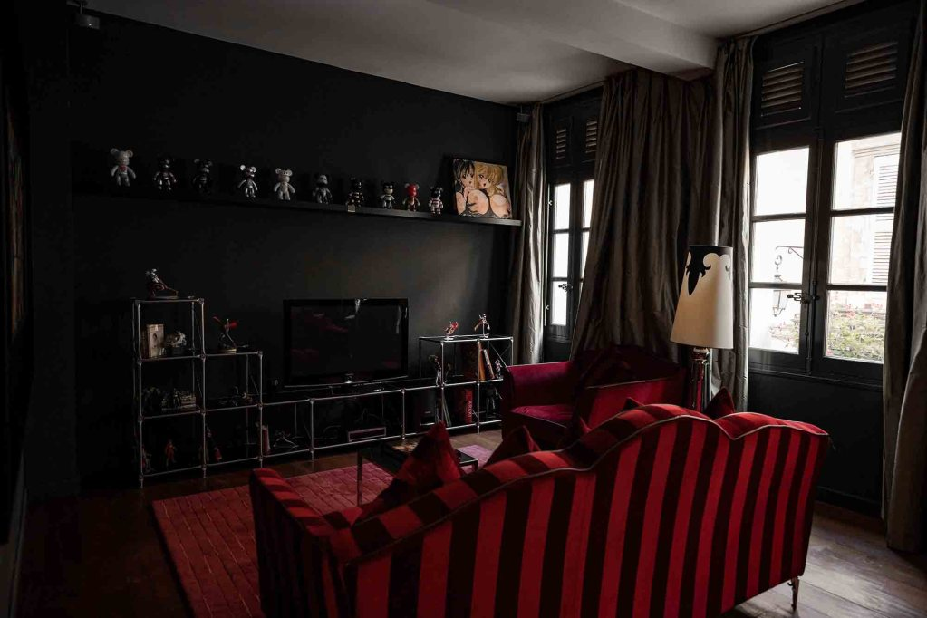 Le salon rouge de la maison d'aix