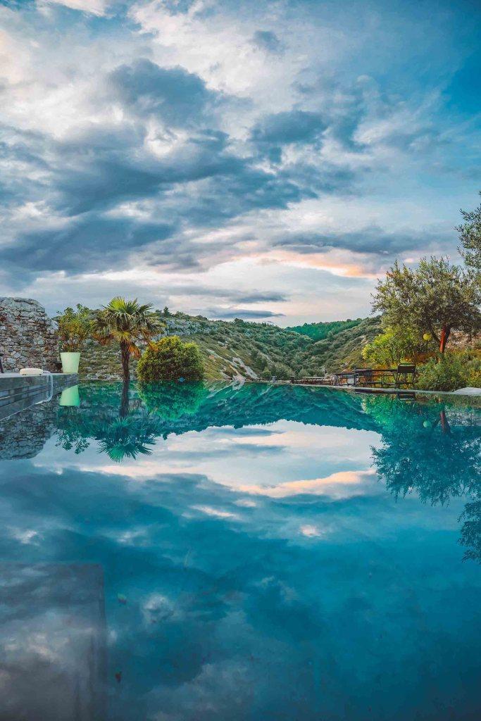 Espace commun avec la piscine à débordement
