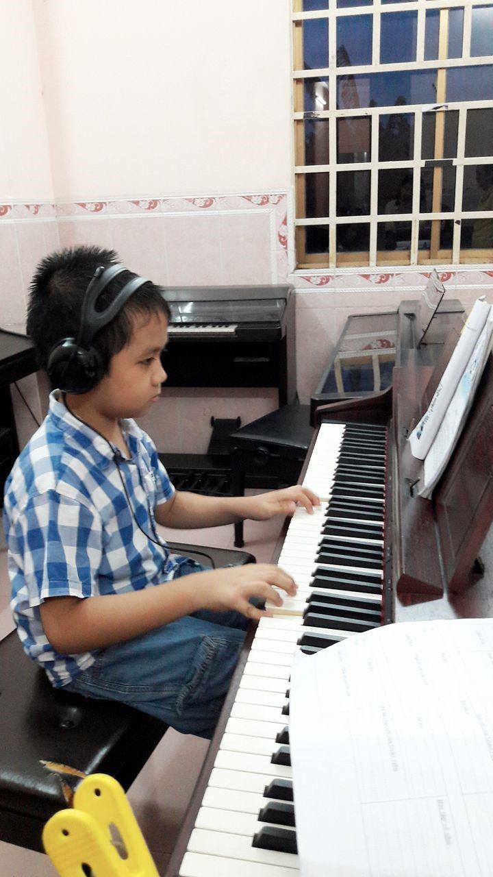 Học viên Quốc Anh say sưa bên phím đàn piano