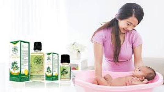 Nhỏ vài giọt tinh dầu tràm thiên nhiên vào chậu nước để tắm cho bé