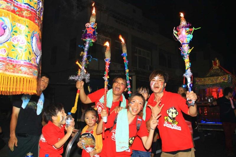 過溝的火燈夜巡常見全家扶老攜幼參與遶境,近年來更會在火把上面做各種巧思,嚴肅緊張的氣氛少了,熱情與溫馨的氣氛則是更濃了。