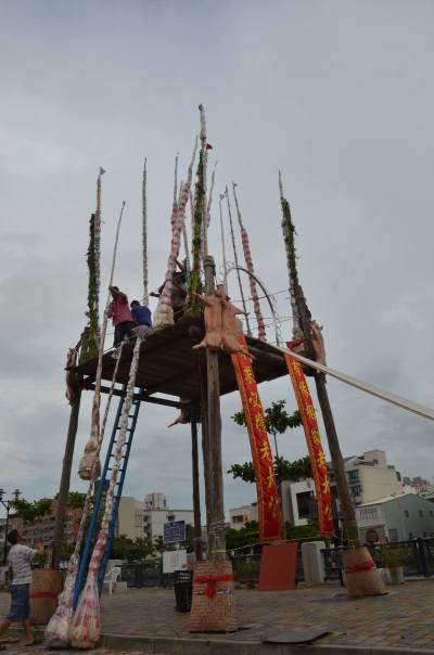 祭品串綁於竹篙之上