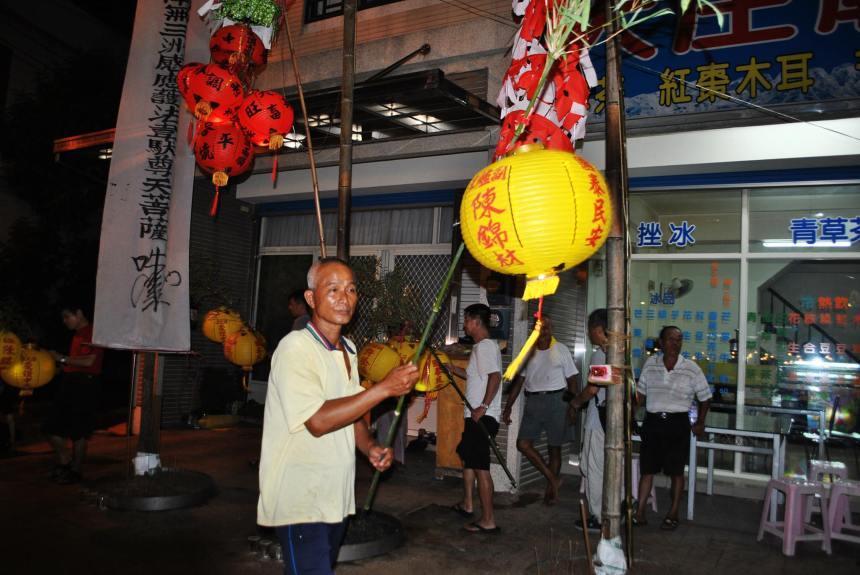 手持燈火的爐主、頭家需於放完水燈後,到浩天宮廟前迺燈篙。