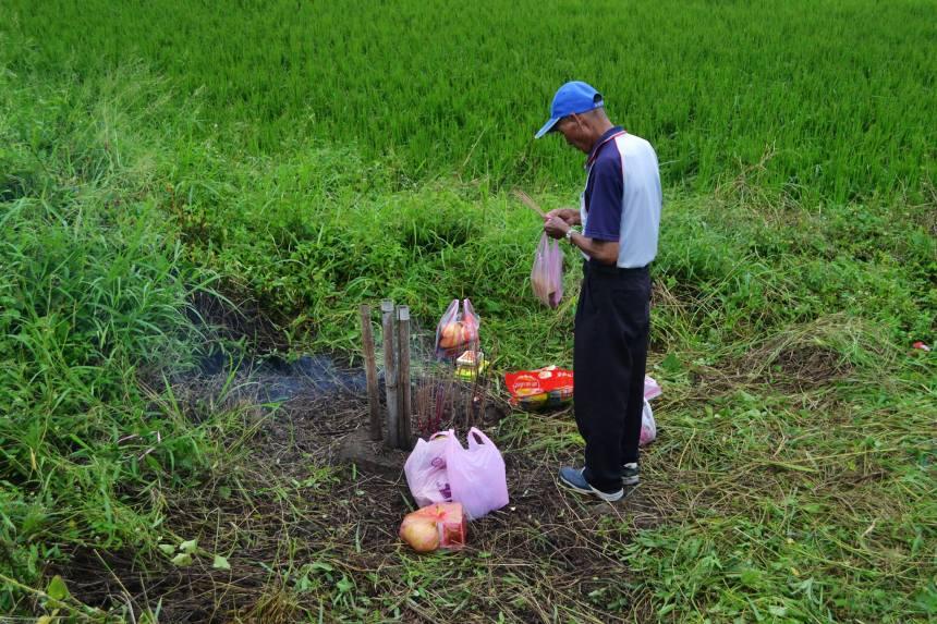 高東里居民祭拜完文溪宮溪頭營後,還會跨越堤防到三太宮營頭祭拜。