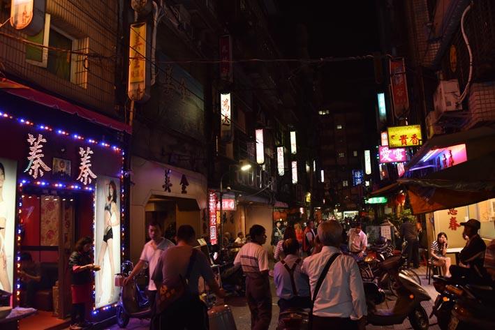 三水街、梧州街一帶阿公店林立,到了夜晚燈紅酒綠