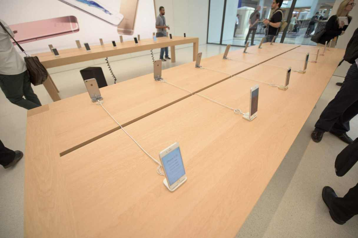 Apple Store in Dubai's Mall of the Emirates13