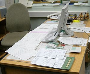 English: A desk in an office.