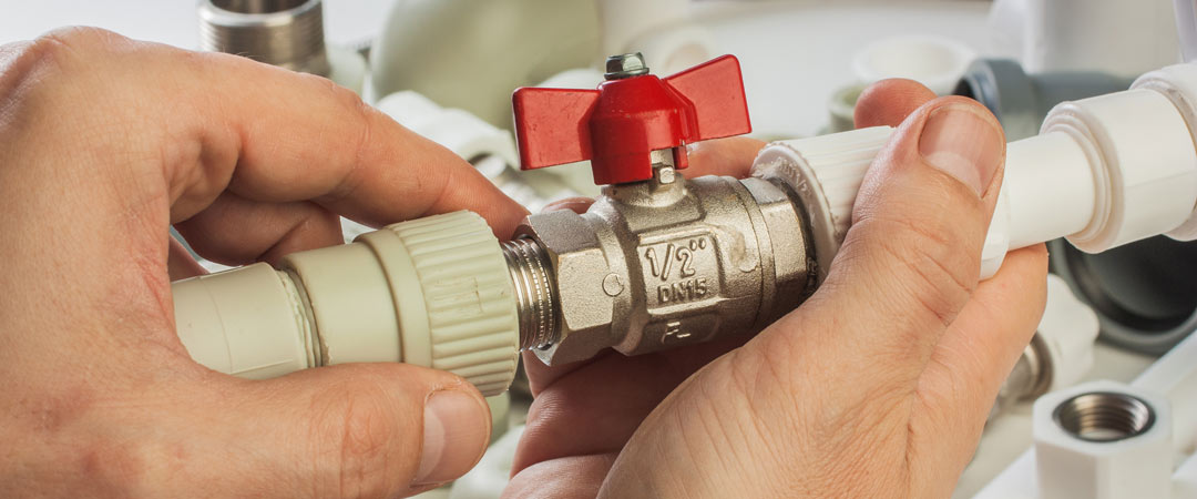 Assembling plumbing pipes with fittings