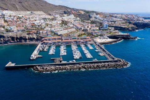 Hafen von Los Gigantes, Teneriffa.  Ein kleiner Hafen, der sich in einer atemberaubenden Kulisse befindet mit den beeindruckenden Klippen.