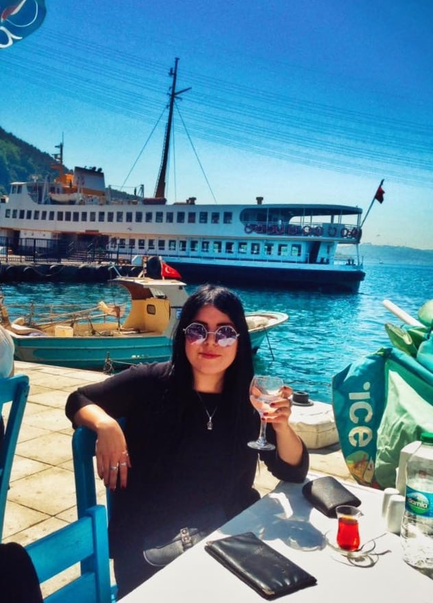 eating at restaurants while travelling solo