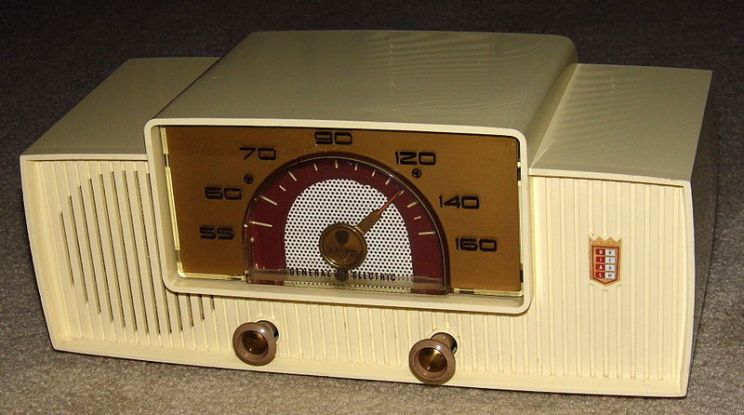 Vintage_General_Electric_-Dial_Beam-_AM_Table_Radio,_Model_428,_5_Vacuum_Tubes,_Ivory_Plastic_Cabinet,_Circa_1955_(14129270081)