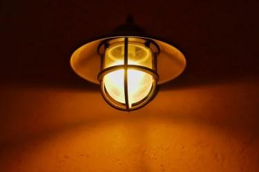 玄関の照明の明るさの目安!照明選びに迷った時のアドバイス