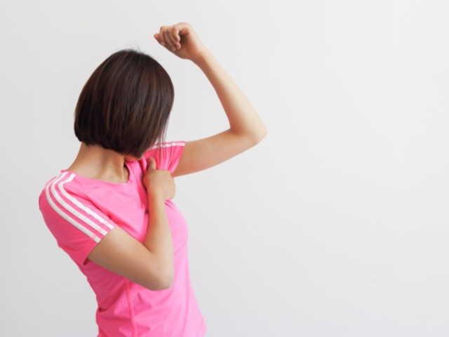 30代と若い女性が急にわきがを発症する