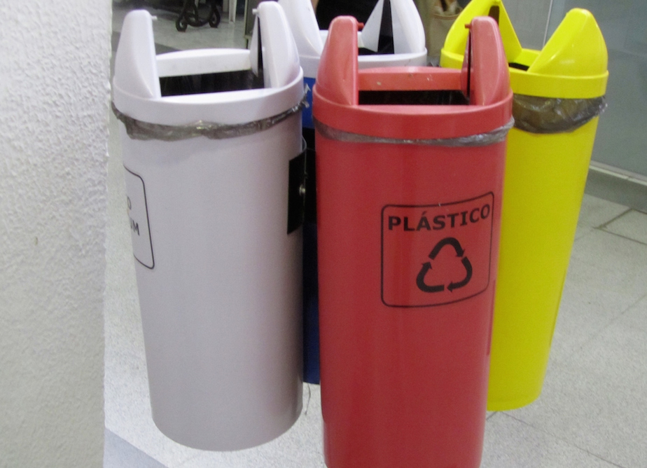 4 bin structure with the public waste bin (grey) against the wall, Municipal Market, Curitiba