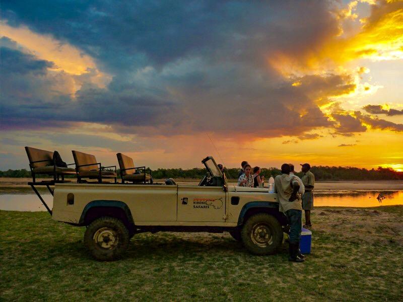 Safari defender, Zambia River Luangwa - sunset clouds