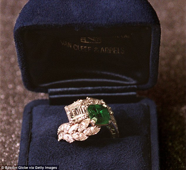 30A34F9100000578-3421708-The_beautiful_ring_which_also_features_round_brilliant_and_marqu-m-102_1454021881732
