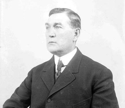 Veteran umpireHank O'Day, who managed the1912 Reds, signs to skipper theCubs.