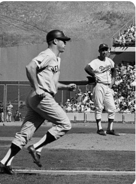 Frank Howard leads the Los Angeles Dodgers to a 2 – 1 win over the New York Yankees with a home run and a single, giving the Dodgers a four-game sweep in the World Series.