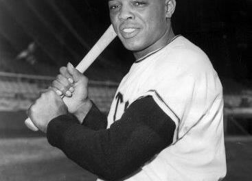 Willie Mays becomes the all-time National League right-handed home run leader when he connects for his 371st career round-tripper, a fourth-inning solo shot off Chicago's Larry Jackson in the Giants' 5-1 victory at Candlestick Park. The San Francisco center fielder surpasses Gil Hodges, who established the mark last season.