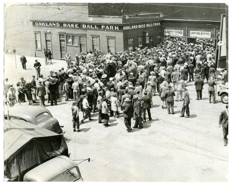 Fans flock at the entrance to the Oaks Ball Park in Emeryville in 1943.
