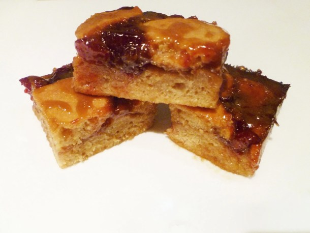 Skinny Cherry Pie Bars -- How do you make cherry pie bars? These skinny treats are fat free, lower sugar, and bursting with cherry pie flavour | thishappymommy.com