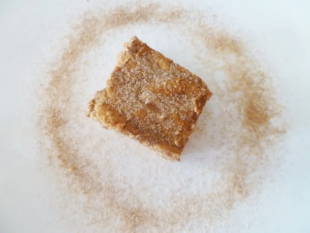 Snickerdoodle Blondie Bars -- If you love cinnamon flavoured desserts, you'll love these blondies. #fatfree #treats |thishappymommy.com
