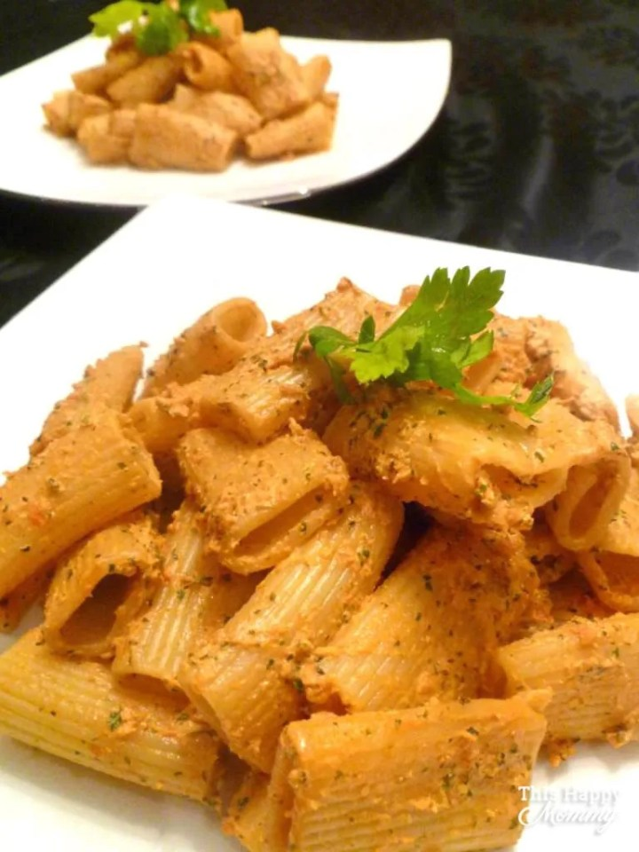 A quick and easy pasta sauce made with only 4 ingredients. No one will believe that this rich, creamy, and healthy pasta sauce is so easy to make. With a smokey, sun-dried tomato flavour,Creamy Sun-Dried Tomato Pesto Pasta is a family favourite recipe. | healthy pasta recipe | easy pesto pasta recipe | #recipe #pasta #healthypasta #healthyrecipe | thishappymommy.com