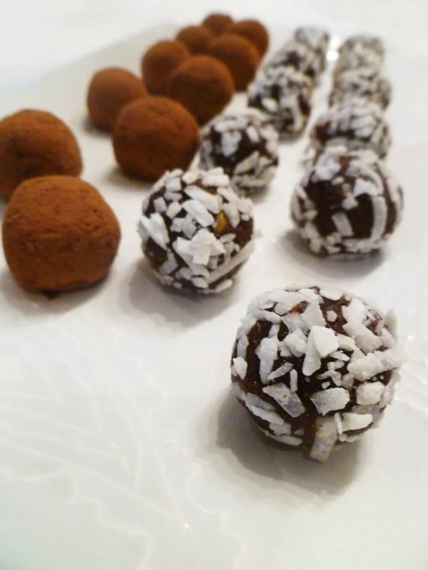 Avocado Chocolate Truffles -- Rich and creamy chocolate truffles covered with cocoa powder or coconut flakes. | thishappymommy.com