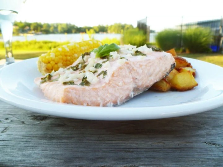 White Wine Summer Salmon is a perfect simple meal. Whether you're up at the cottage or enjoying dinner at home, this is a wonderfully simple dish. Made with only five ingredients, this salmon is ready in only 20 minutes, but it tastes like you've been cooking all day. | easy baked salmon recipe | healthy clean eating fish recipe | healthy and easy family meal | kid friendly dinner recipe | #dinner #recipe #healthyrecipe #salmon | thishappymommy.com