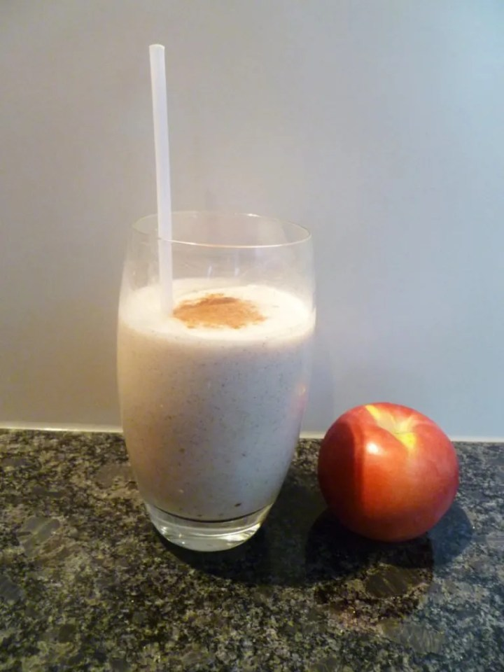 Apple Pie Smoothie -- Light and creamy smoothie that tastes like a perfectly sweet apple pie treat. | thishappymommy.com