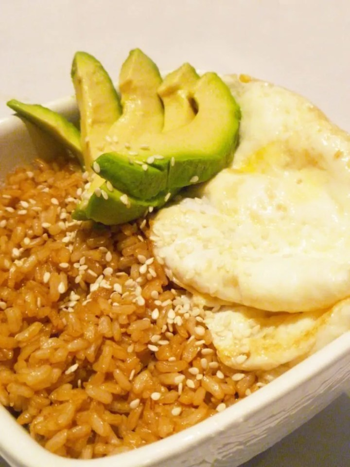 Avocado Egg Rice Bowl -- My family loves this rice bowl! Made with brown rice, avocado, and egg, this is one tasty meal. | thishappymommy.com